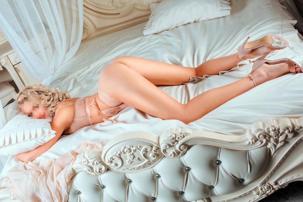 Шлюха Видного выставила попку в постели